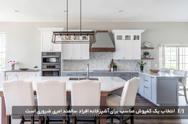 آشپزخانه ای با میز ناهارخوری بسیار زیبا با صندلی های سفید