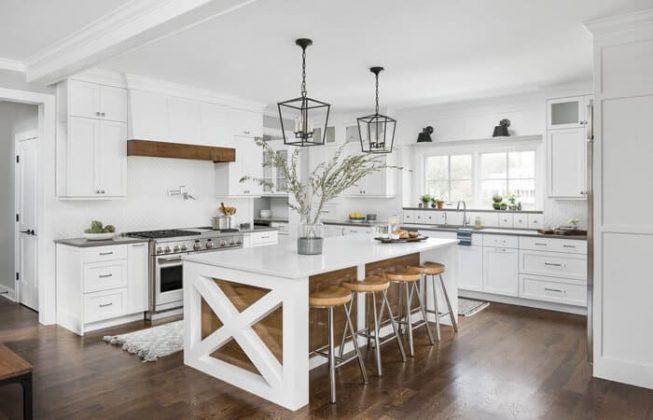 آشپزخانه ای سفید طراحی شده به سبک روستایی