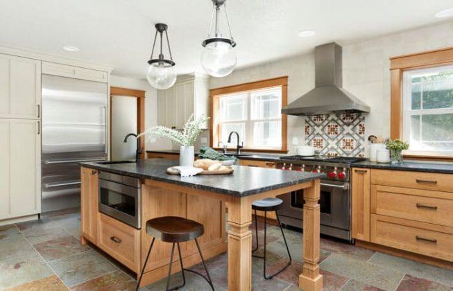 آشپزخانه روستایی ای که با کابینت های چوبی تزئین شده است