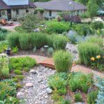 تزئین مسیر های موجود در حیاط با استفاده از سنگ های ریز و درشت