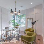 تصویر اتاق کاری با میز شیشه ای و صندلی های مهمان سبز رنگ