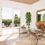 تصویر یک اتاق کار با میز شیشه ای و صندلی چرخدار چرمی