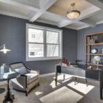 تصویر اتاق کاری با تم رنگی طوسی به همراه چوب