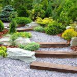 با استفاده از سنگ ریزه ها و چوب در حیاط خود پله ای زیبا خلق کنید