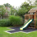 قرار دادن وسایلی برای بازی کودکان در محیط حیاط برای کودکان بسیار مناسب است