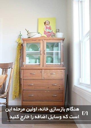 تمیز کردن و دور انداختن وسایل غیر ضروری از کمدها در بازسازی خانه