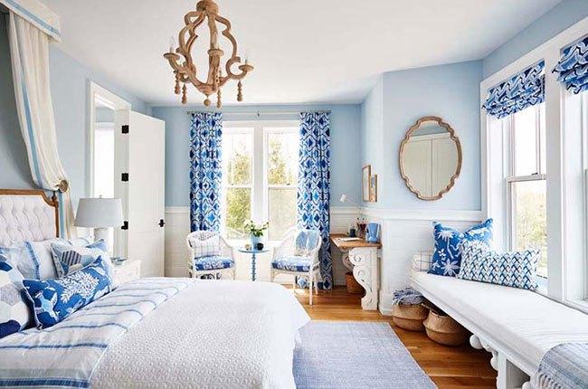 اتاق خواب سفید و آبی با پنجره های بزرگ و تخت دونفره