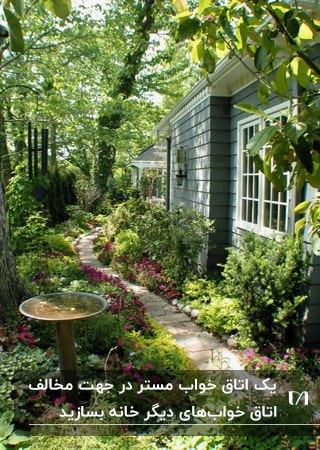 تصویر راهروی باریک سبز حیاطی که به اتاق خواب مستر راه دارد