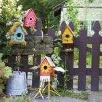 لانه پرندگان رنگی روی نرده در حیاط خانه