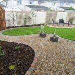 استفاده از سنگ ریزه های قهوه ای روشن با چیدمان متفاوت باعث زیبایی محوطه حیاط خود شوید