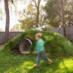 تصویری از یک یک تونل طبیعی مناسب کودکان که از ورقه ای بازیافتی و فلزی تشکیل شده است