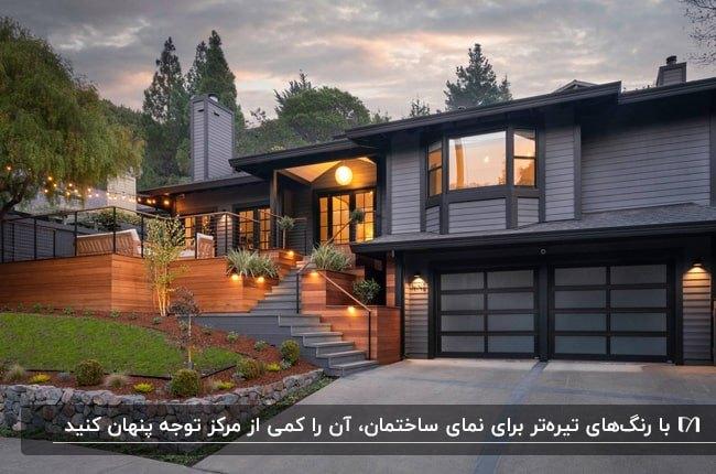 خانه ویلایی بزرگی با نمای خاکستری و مشکی با محوطه سازی چوبی