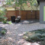 سنگ ریزه کردن کف حیاط بجز باغچه های نیم دایره ای
