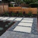 استفاده از سنگ های مرتب مستطیلی لابه لای سنگ ریزه های کف حیاط