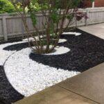 استفاده از سنگ ریزه های سفید و مشکی برای باغچه