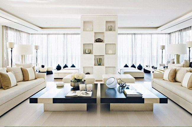 اتاق نشیمن با دکوراسیون داخلی مبل های سفید و جلو مبلی بزرگ