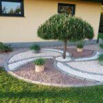 باغچه های کوچک حیاط را با سنگ ریزه های رنگی پر کنید
