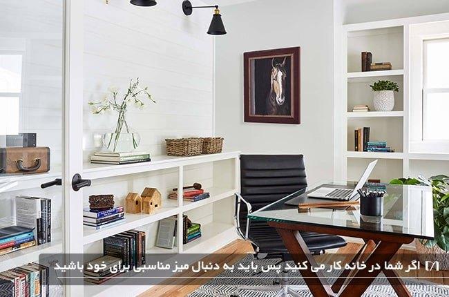 استفاده از میز متحرک در دکوراسیون یک اتاق کار خانگی سفید