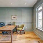 تصویر یک اتاق کار رسمی و شیک با میز و صندلی های اداری