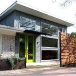 استفاده از درب شیشه با فریم سبز فسفری برای ورودی خانه ای مدرن