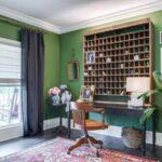 تصویری از یک اتاق کار به سبک طراحان کالیفرنیایی با دیوارهای سبز رنگ