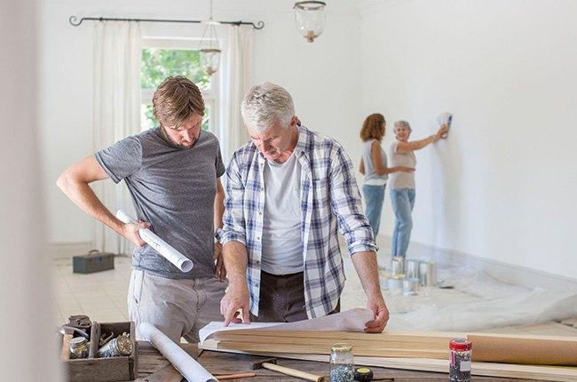 آدم ها در حال بازسازی خانه