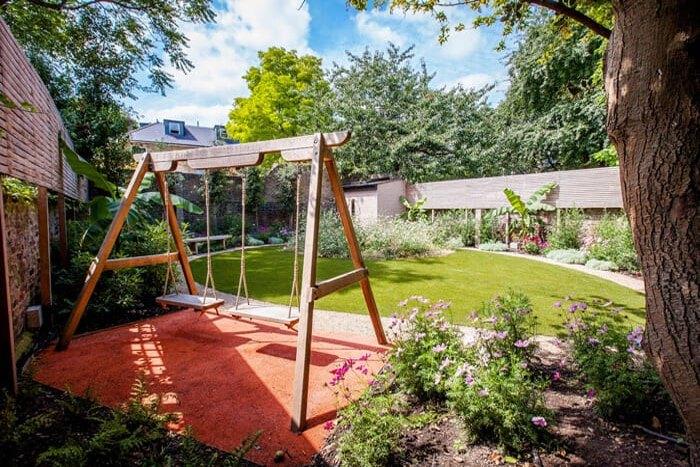 تصویری از تاب برای بازی کودکان در قسمتی از حیاط خانه