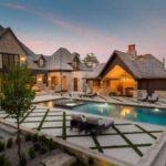 تصویری فضای باز خانه ای سنتی و مدرن به همراه استخر