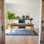 اتاق کاری با میز کار چوبی و مبل و فرش آبی