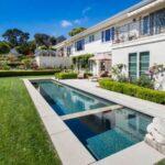 تصویری استخری باریک و بلند برای شنا در محوطه حیاط خانه