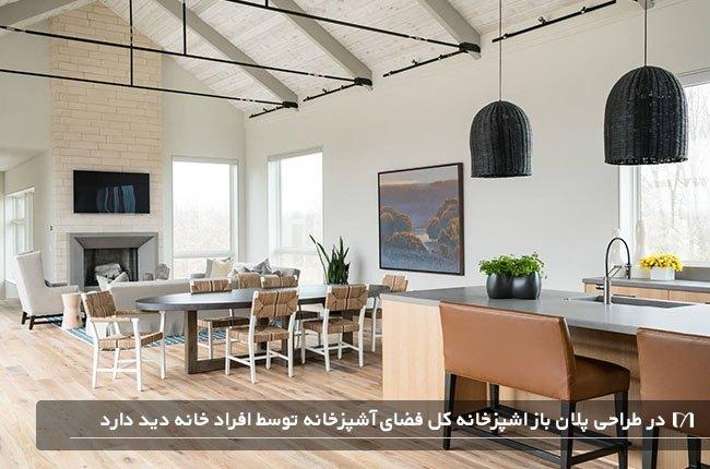آشپزخانه ای با طراحی پلان باز و لوسترهای آویز بسیار بزرگ و زیبا