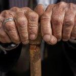 دست پیرمرد به همراه عصا