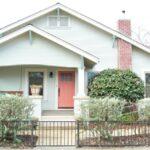 تصویری از نمایپاستلی خانه با درب ورودی گلبهی رنگ