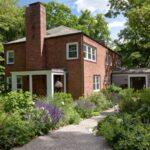 مسیر ورودی خانه خود را با سنگ ریزه و باغچه در دو طرف مسیر بیارایید