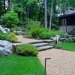 پر کردن مسیر قبل از شروع پله های سنگی با سنگ ریزه های قهوه ای