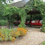اطراف نشیمن خارج از خانه خود را با باغچه و سنگ ریزه ها تزئین کنید