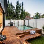 تصویر یک استخر بر روی سکو در فضای باز هم سطح خانه