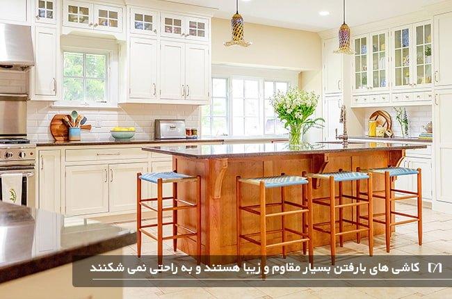 آشپزخانه ای با کفپوش بارفتن و جزیره چوبی بسیار زیبا