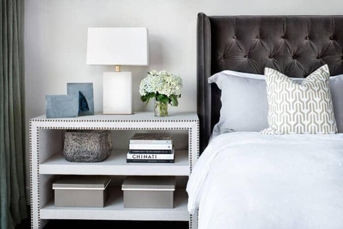 تصوی اتاق خوابی آرامش بخش با پاتختی خلوت و ساده