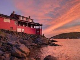 منظره خانه قرمز با دریاچه و غروب خورشید
