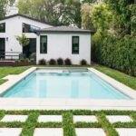 حیاط خانه سفید با استخر کوچک