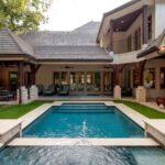 تصویر خانه ای به سبک سنتی با استخری کلاسیک