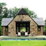 تصویر نمای سنگی خانه ای به همراه بخش هایی به رنگ مشکی و استخر