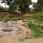 پرکردن تمام محوطه حیاط با سنگ ریزه بجز باغچه ها