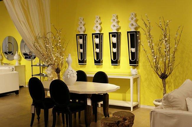 اتاق با دیوارهای رنگ زرد و میز ناهارخوری قهوه ای