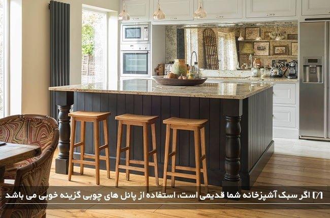 طراحی جزیره آشپزخانه با پانل های چوبی که مخصوص سبک قدیمی برای آشپزخانه است