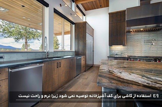 آشپزخانه ای با پیشخوان چوبی و کفپوش چوبی بلوط سفید