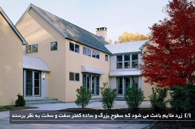 تصویر خانه ای به سبک قدیمی که در نمای آن از رنگ زرد استفاده شده است
