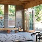 خانه ای بازسازی شده با پنجره های سفارشی دوجداره و بزرگ