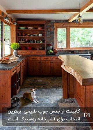 آشپزخانه ای به سبک روستیک با کابینت های چوبی و کفپوش خاکستری سنگی